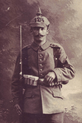 Mann in voller Uniform.