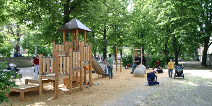 bauma nahmen am spielplatz im br hler garten. Black Bedroom Furniture Sets. Home Design Ideas