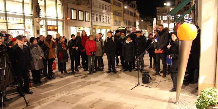 Zur Aufstellung der Denknadel für die Gebrüder Dublon sind in den Abendstunden des 9. November circa 50 Interessierte zum Anger 46 gekommen.