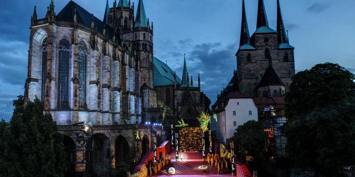 Ensemble von Dom und Severie mit den Domstufen als bunt erleuchtete Theaterbühne