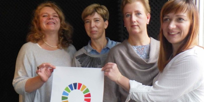 "vier Frauen mit Plakat ""The Global Goals"""